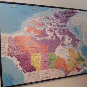 Karta över Kanada för väggen. Där du kan märka ut vart du har rest till med nålar. Levereras med ram och 25 st kartnålar