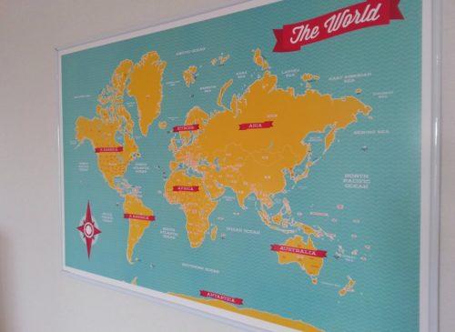 Stor världskarta för markering med nålar