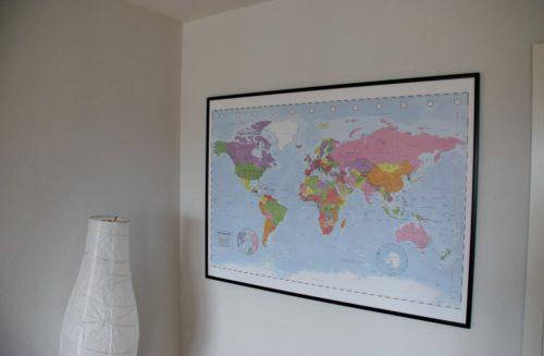 Väggkarta över världen för markering med nålar