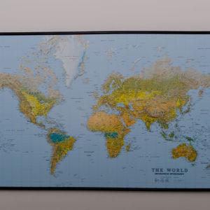 Stor världskarta för markering med nål där du har rest. The world svart ram