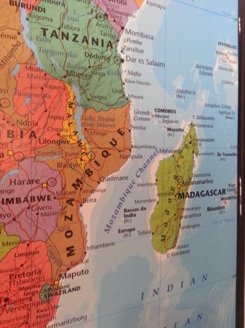 Inramad karta över Afrika för markering med kartnålar. Madagascar, Mozambique- Kartkungen