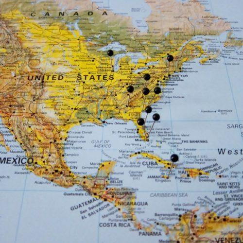 Världskarta för vägg som kan markeras med nålar