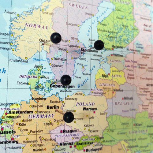 Stor världskarta Politisk för nålmarkering med kartnålar