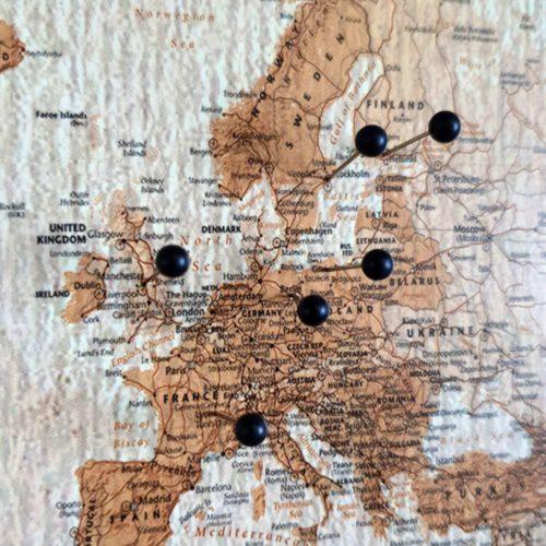 Liten Världskarta vintage för markering med nålar