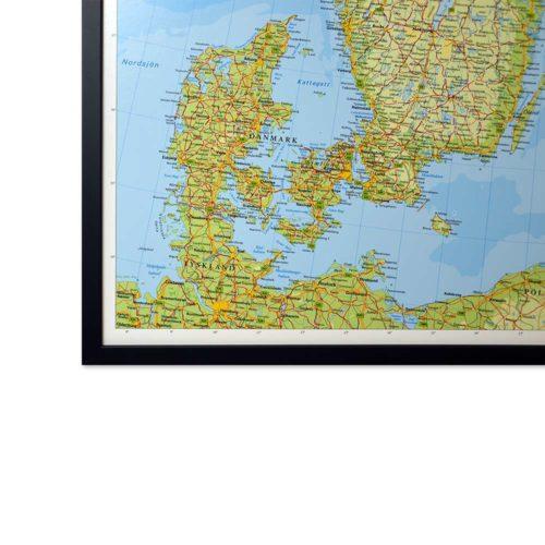 Karta över Norden och Baltikum där du kan markera dom länderna du rest till med nålar. Svart ramKartkungen