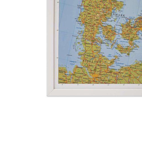 Karta över Norden och Baltikum där du kan markera dom länderna du rest till med nålar. Vit ramKartkungen