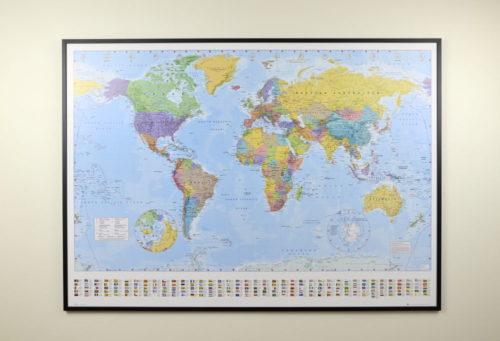 Stor världskarta för väggen med nålar. Passar på kontoret eller som en skolkarta