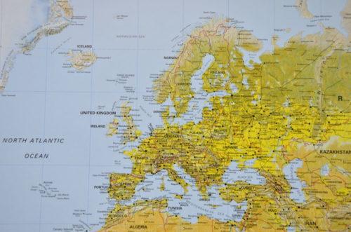 Världskarta the world för markering med nålar. Fin väggkarta att markera med en nål på kartan vart du har varit Kartkungen
