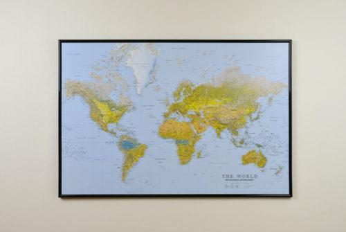 Världskarta för vägg The world Mått: 90x60cm som du kan märka ut dom länderna du rest till med nålar. En väggkarta som aldrig går ur tiden.