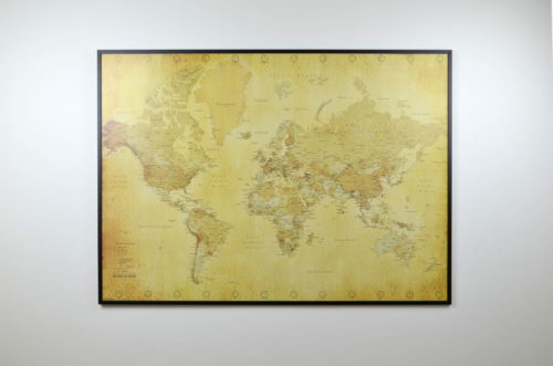 kartkungen vintage världskarta med nålar för vägg