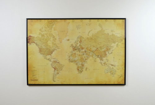 Världskarta antik för markering med nålar