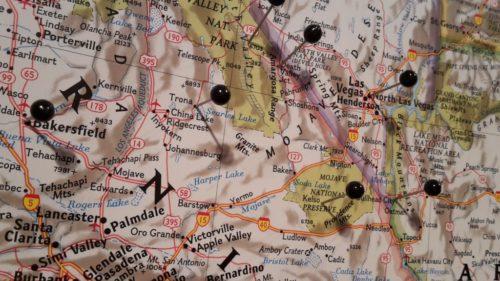 Karta för vägg över USA med nålar. Kartkungen kartor för nålmarkering