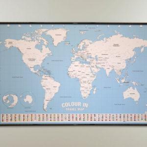 Världskarta för barn och familj måla länderna med krita. Kartkungen kartor för nålmarkering