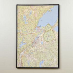 Karta över Vänersborg, Trollhättan och Lilla Edet där du kan markera med nålar vart du har varit. En fin väggkarta som aldrig går ur tiden. Kartan är monterad på en kärna av mjuk cellplast, som gör att nålarna sitter kvar. Levereras med handgjord ram i trä.