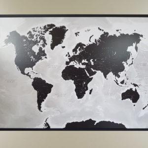 Detaljerad Världskarta Svart och Vit med måtten 70x100cm där du kan märka ut dom länderna du rest till med nålar. Perfekt till någon som älskar att resa.