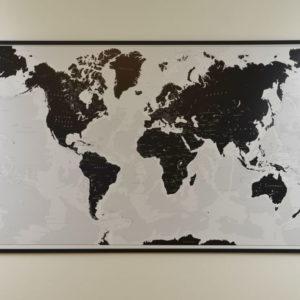 Stor världskarta svart vit för markering med nålar skolkarta