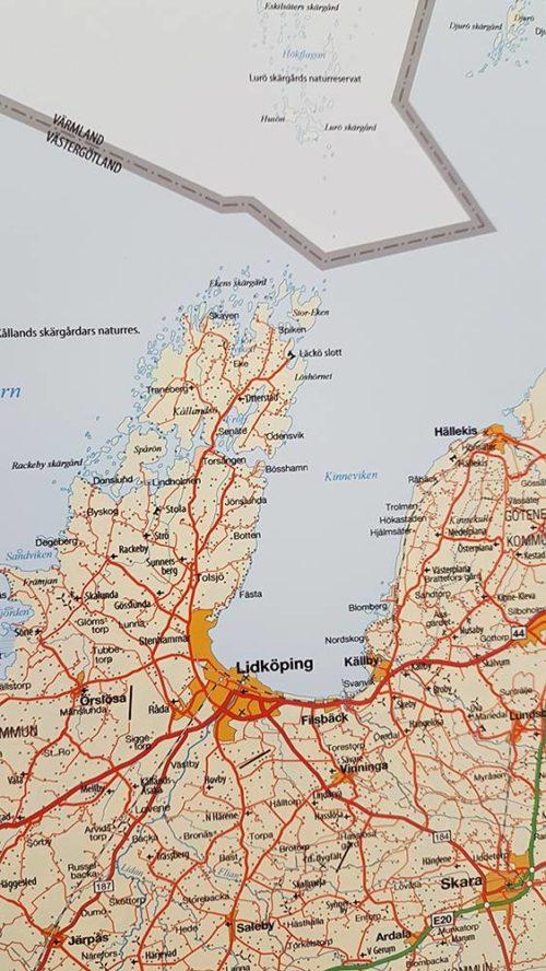 Väggkarta över Västra Götalands län. Lidköping / Kållandsö För markering med kartnålar Svart ram Kartkungen