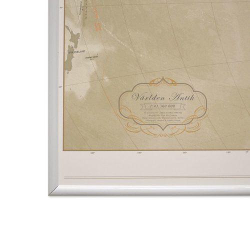 Världskarta för vägg Antik 100x70 cm Vit ram Där du kan markera med nålar vart du har varit. Passar lika bra i hemmet som på kontoret eller företaget Kartkungen