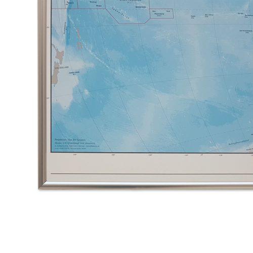 Världskarta Världen Fysisk 70x100 cm Silver ram. För markering med nålar. För hemmet, kontoret eller företaget Kartkungen