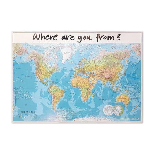 Världskarta för väggen Where are you from. Där era gäster kan märka ut vart dom kommer i från med kartnålar. En karta för receptionen på hotellet eller er camping Mått: 100 cm x 70 cm Vit ram Kartkungen