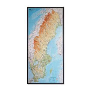 Inramad Sverigekarta. Detaljerad karta över Sverige för markering med nålar. För montering på väggen, men kan även användas som skolkarta - Kartkungen