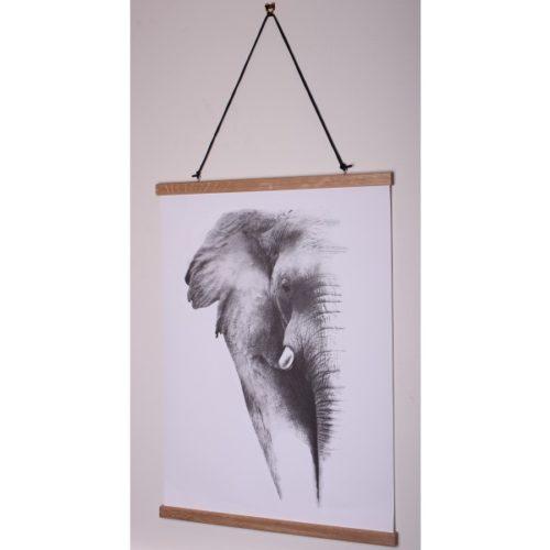 Affischlist ek Magnetisk affischlist i trä, häng upp affischer, posters, foton, teckningar m.m. Kläm fast affischen upp- och nedtill i de dubbla listerna och häng upp, snöre och öglor för upphängning ingår.