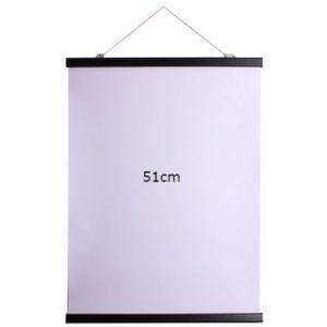 Affischlist svart 51cm Magnetisk affischlist i trä, häng upp affischer, posters, foton, teckningar m.m. Kläm fast affischen upp- och nedtill i de dubbla listerna och häng upp, snöre och öglor för upphängning ingår.