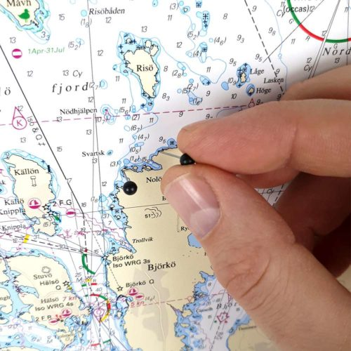 Inramat sjökort från sjöfartsverket att ha som tavla på väggen, där du även kan markera med nålar vart du har varit. Kartkungen