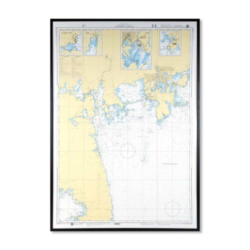 Inramat sjökort över Slottsbron Karlstad. Detta sjökort med ram passar dig som är intresserad av marin heminredning. Mått: Höjd 80 cm Längd 115 cm Höjd 1 cm