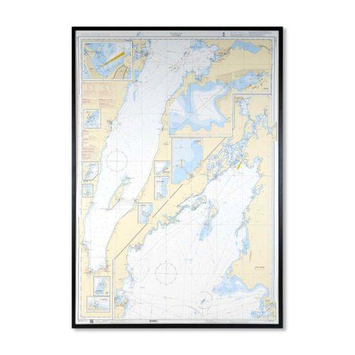 Inramat sjökort 121 över Vättern från sjöfartsverket att ha som tavla på väggen, där du även kan markera med nålar vart du har varit. Kartkungen