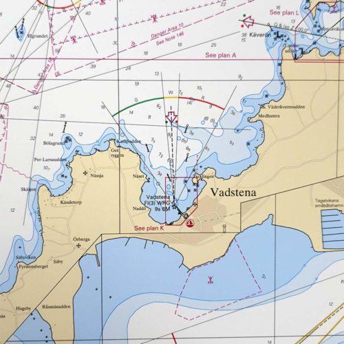Inramat sjökort över Vättern från sjöfartsverket att ha som tavla på väggen, där du även kan markera med nålar vart du har varit. Kartkungen