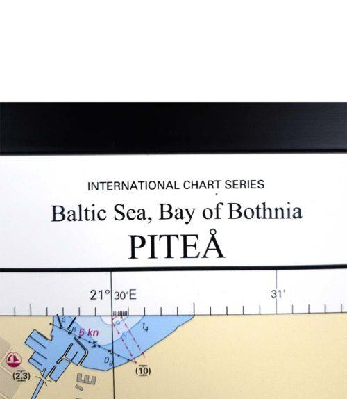 Inramat sjökort över Bottniska viken Piteå för väggen. Där ni kan märka ut med nålar vart ni har rest eller vill resa. Eller kanske bara som en fin tavla?Handgjord ram.